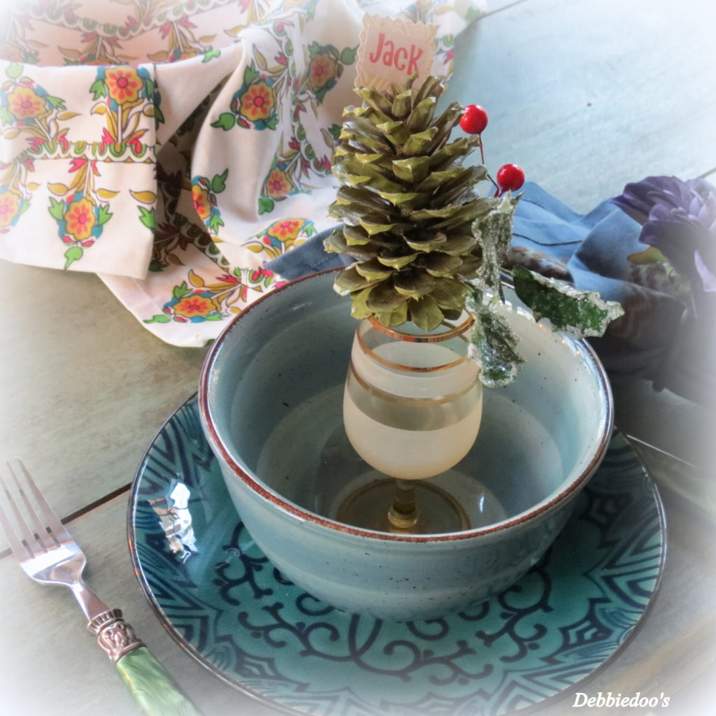 pretty-christmas-table-scape-idea-with-pine-cones