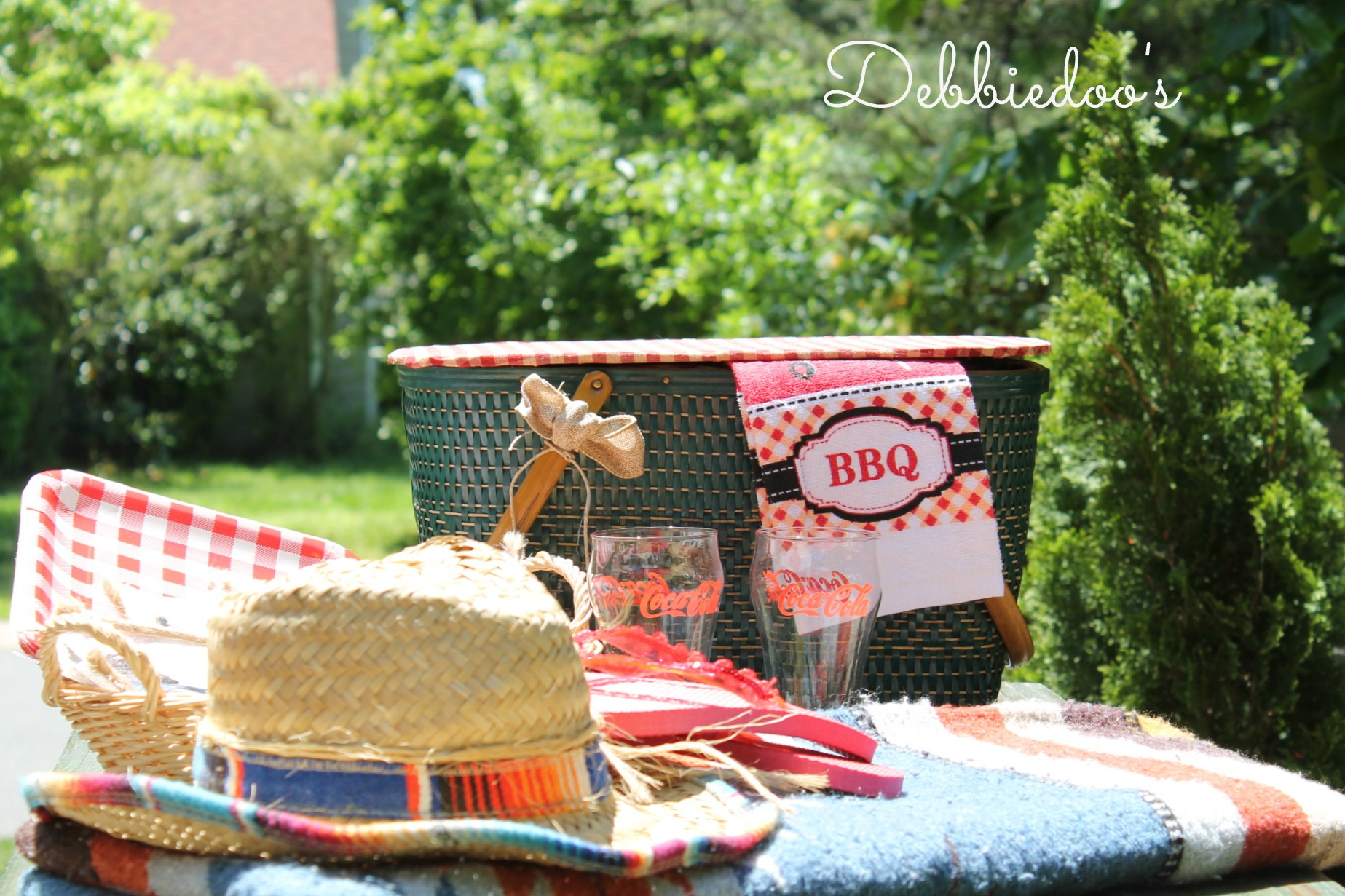 picnic on the patio with a repurposed vintage picnic basket 010