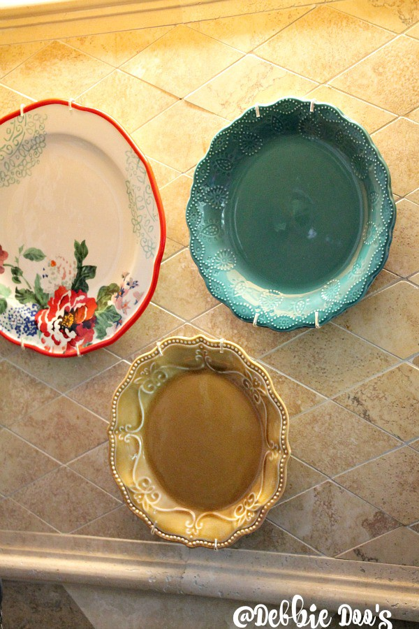 Decorating with plates in the kitchen