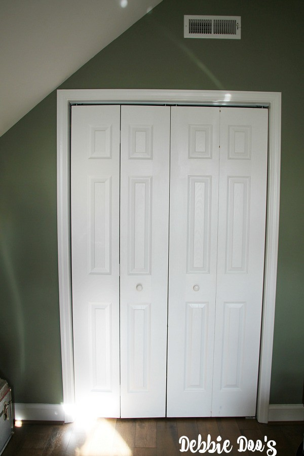 Plain White Builder Grade Closet Doors Makeover To Look Like Wood