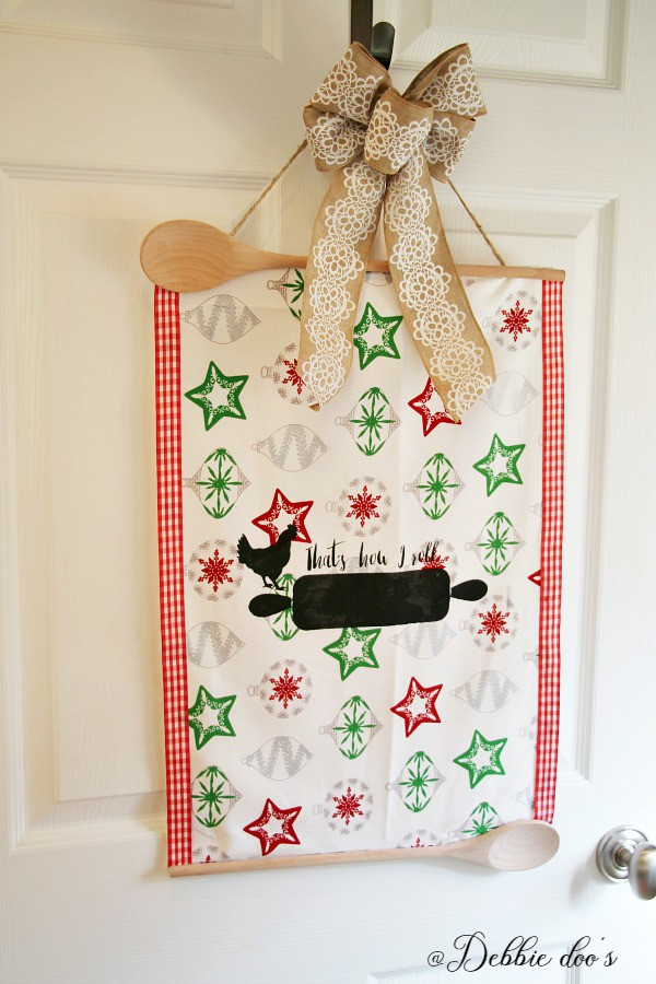 Christmas door hanger idea with Debbiedoo's exclusive stencil