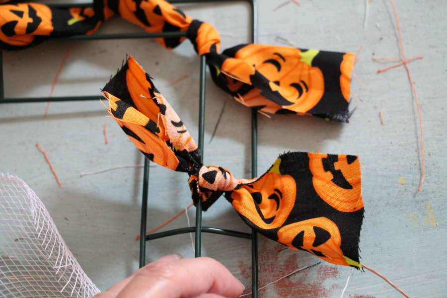diy-fall-and-halloween-wreath-using-a-wire-wreath-form-frame