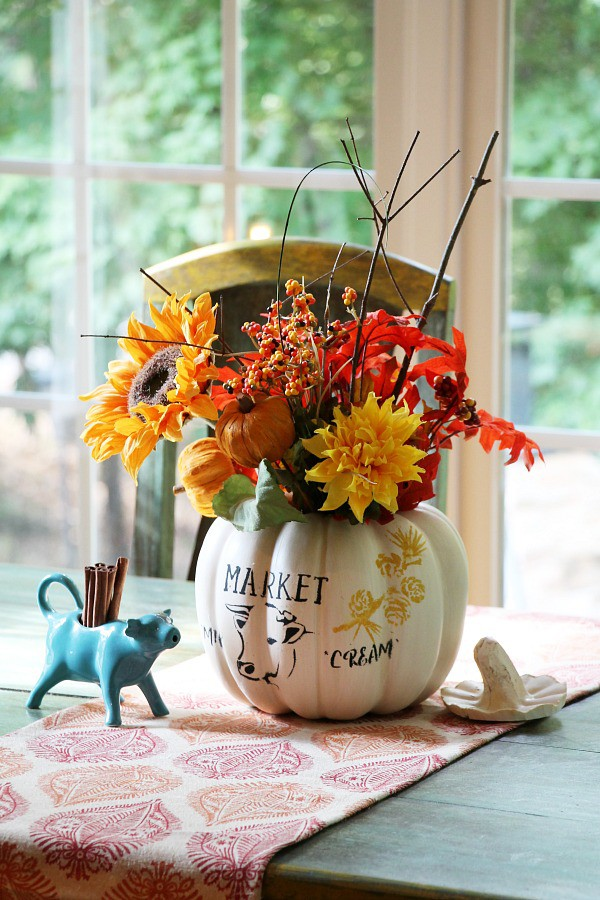 farmhouse-pumpkin-diy-centerpiece-idea