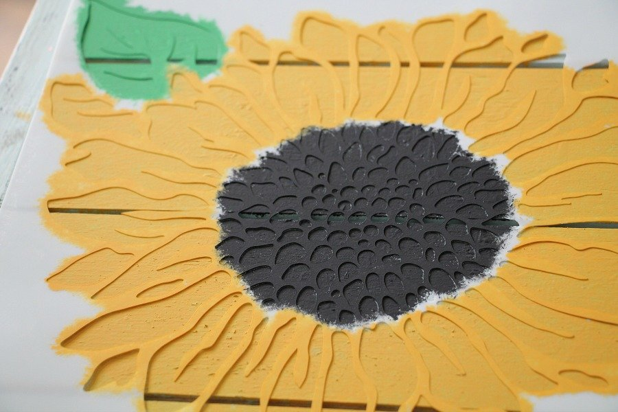 sunflowers-and-farmhouse-diy-pallet-sign