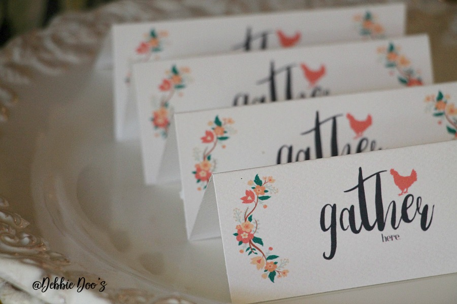 Holiday place setting cards ready to print and fold for free