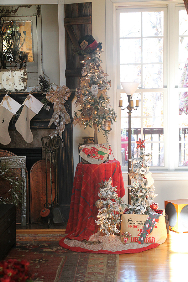 I decorated each tree with a few ornaments, of owls, and my DIY rustic  farmhouse ornaments I made a few weeks ago. I love those little ornaments.  So easy!